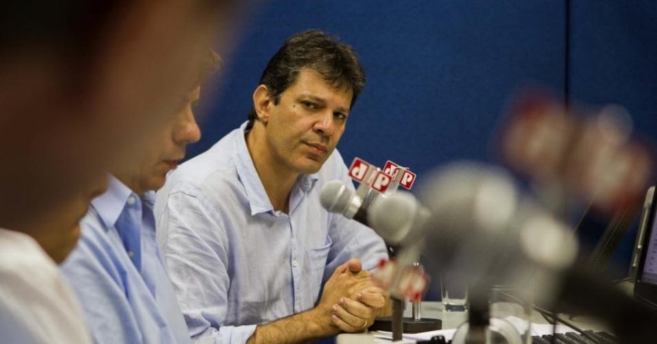 13.mar.2012 - Pré-candidato do PT à Prefeitura de São Paulo, Fernando Haddad, dá entrevista ao vivo ao programa Hora da Verdade da Rádio Jovem Pan