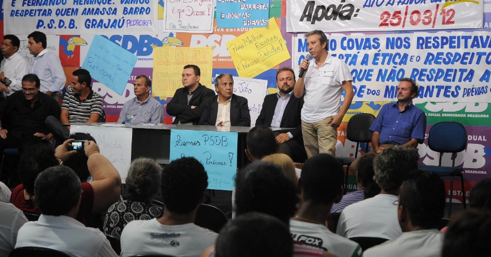 13.mar.2012 - Mario Covas Neto e outros militantes participaram de um debate sobre as pr&#233;vias dos pr&#233;-candidatos &#224; Prefeitura de S&#227;o Paulo do PSDB (Partido da Social Democracia Brasileira), na sede do partido em S&#227;o Paulo, nesta ter&#231;a-feira 
