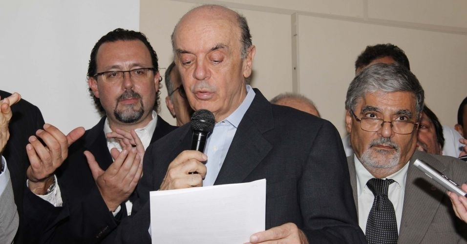 28.fev.2012 - Ex-governador de S&#227;o Paulo, Jos&#233; Serra l&#234; carta por meio da qual oficializou &#224; executiva do PSDB sua inten&#231;&#227;o de disputar as pr&#233;vias do partido para a elei&#231;&#227;o municipal, no diret&#243;rio do partido na capital paulista