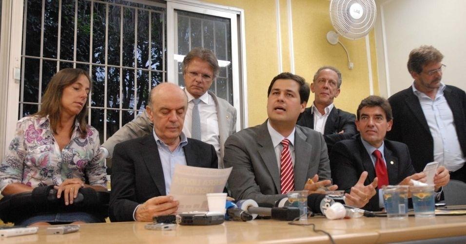 5.mar.2012 - Depois de obter adesão de 21 dos 22 integrantes da bancada estadual do PSDB, José Serra --pré-candidato às eleições municipais de São Paulo pelo partido-- recebeu apoio de deputados federais do partido paulista durante evento realizado na tarde desta segunda-feira (5), na sede estadual da sigla, em São Paulo