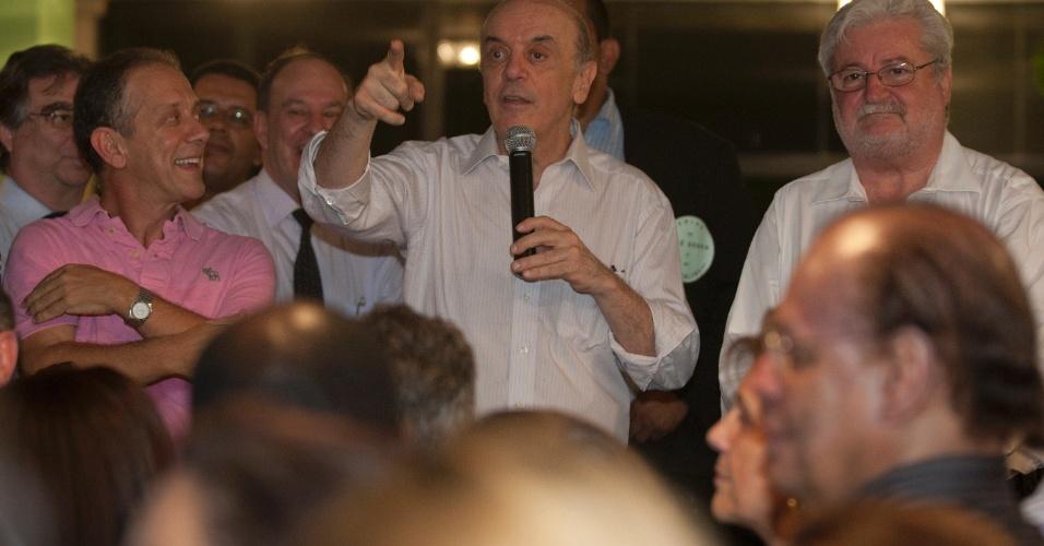 """8.mar.2012 - José Serra, pré-candidato do PSDB para as eleições municipais de São Paulo, recebe apoio político de Walter Feldman (esq.) e Gilberto Natalini (dir.). Em artigo, Serra faz ataque indireto a Haddad e chama Enem de """"festival de trapalhadas"""""""