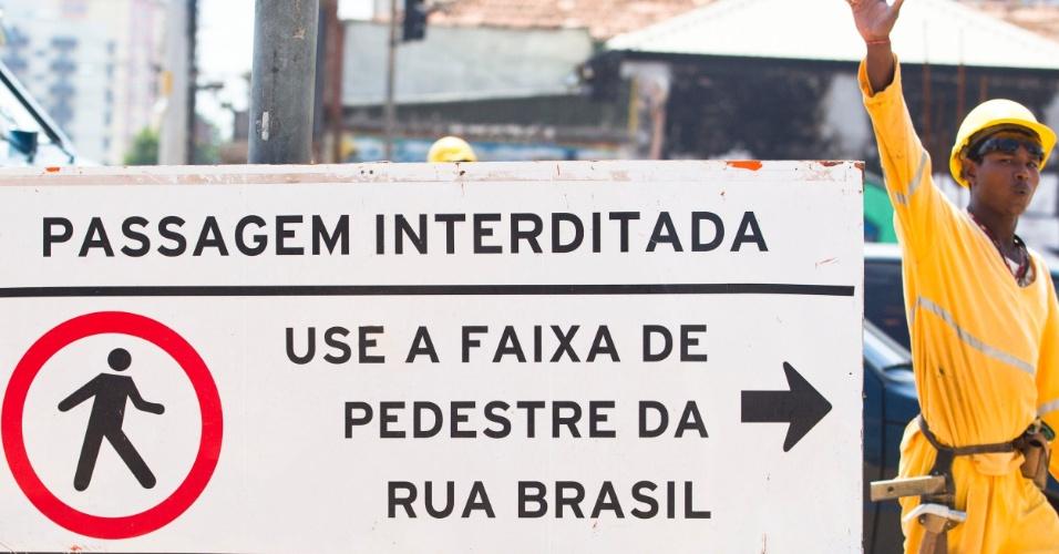 Faixa de pedestres interditada por causa de obras na av. Lions com a av. Vergueiro, na região do Rugde Ramos