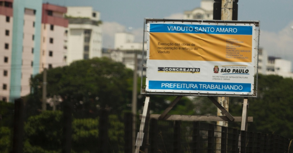 Placa anuncia obras no viaduto Santo Amaro, na zona sul de São Paulo