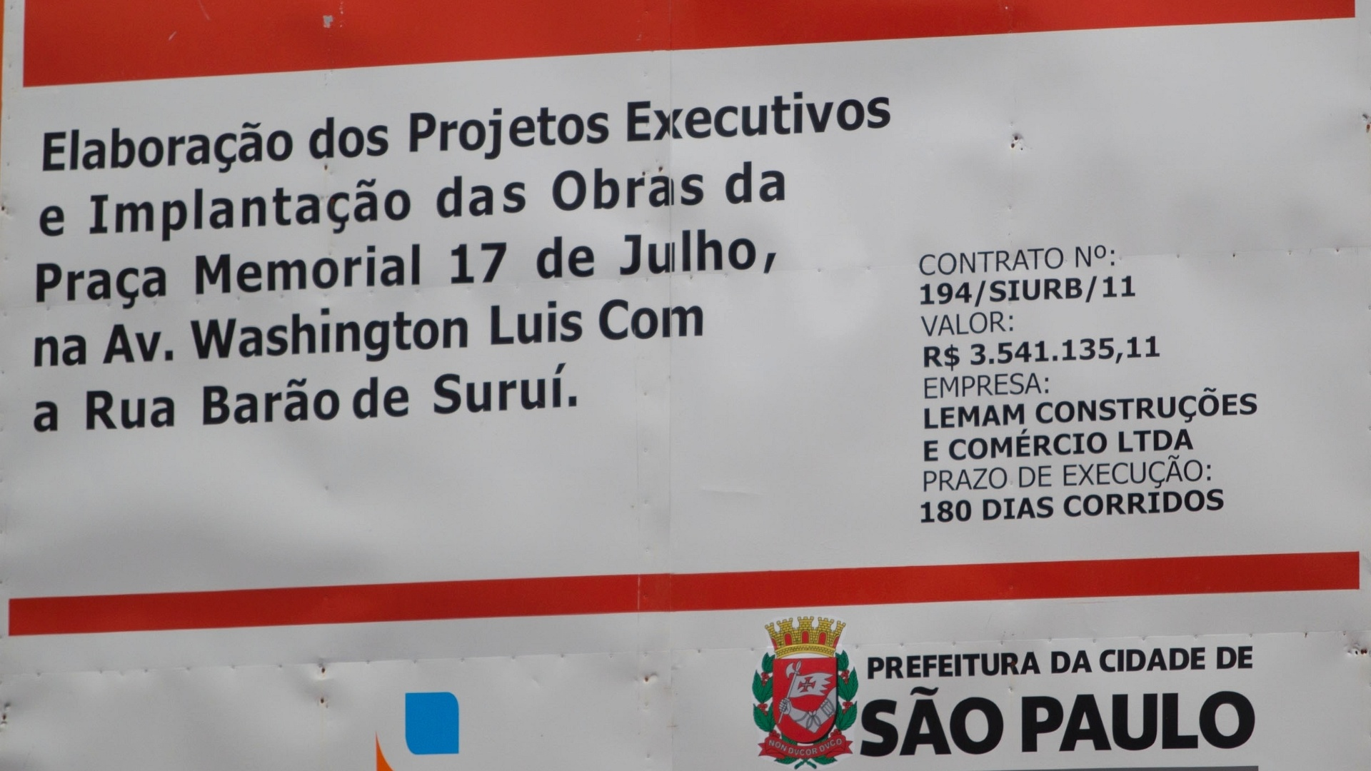 Placa indica o valor da obra para construo da praa em homenagem s vitimas do acidente da TAM em 2007