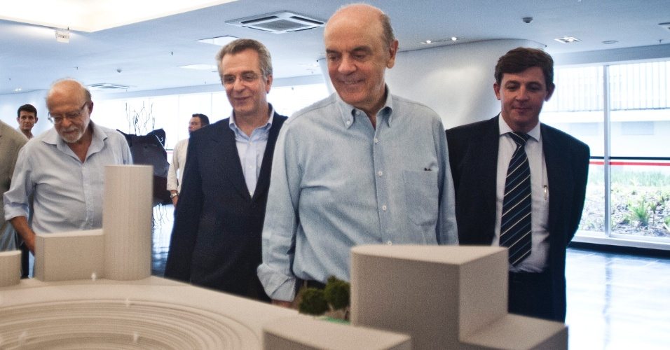 Jos&#233; Serra visita o novo MAC em S&#227;o Paulo, acompanhado dos pol&#237;ticos Alberto Goldman, Andrea Matarazzo