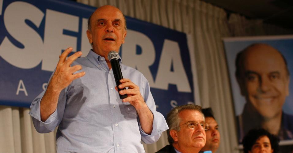 José Serra vai ao clube Esperia, na zona norte da capital paulista, para fazer campanha para a sua candidatura à Prefeitura da cidade de São Paulo