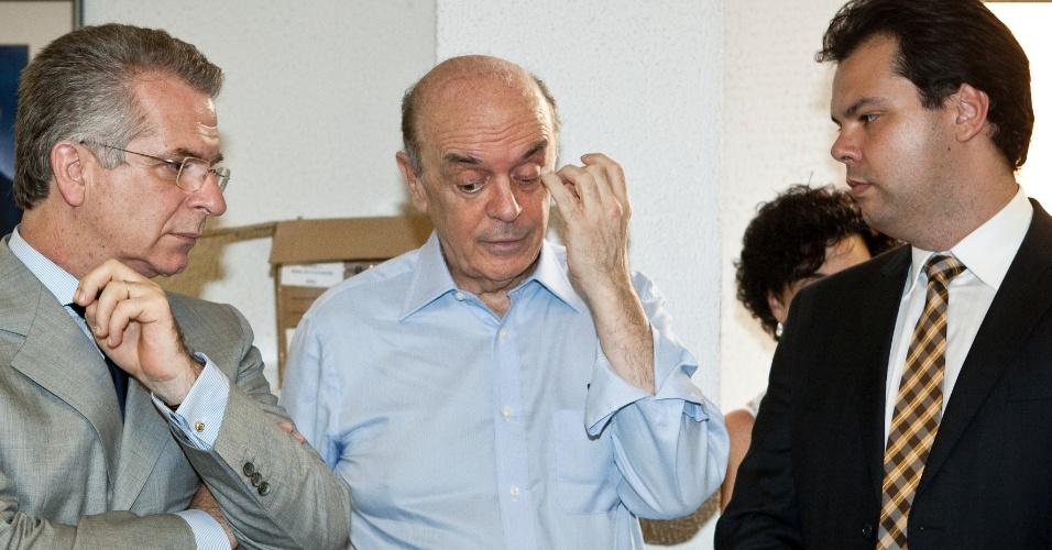 28.fev.2012 - Após a entrada de José Serra na disputa, os pré-candidatos Bruno Covas e Andrea Matarazzo desistem de concorrer