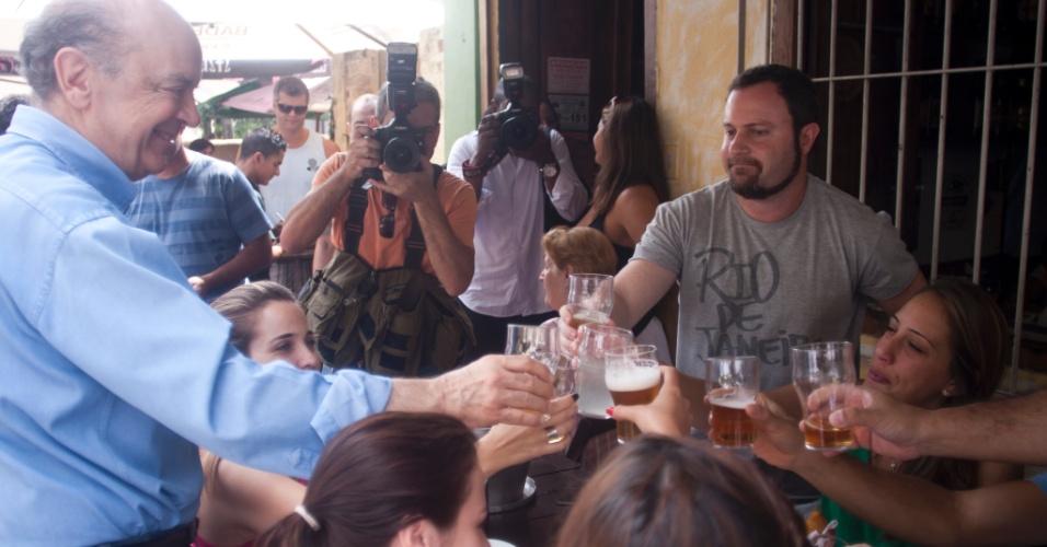 3.mar.2012 - José Serra conversa com eleitores em bar da zona norte de São Paulo. Durante a campanha para as prévias, o ex-governador optou por visitar obras inauguradas em sua gestão e por fazer corpo-a-corpo na tentativa de conquistar os votos dos militantes do PSDB