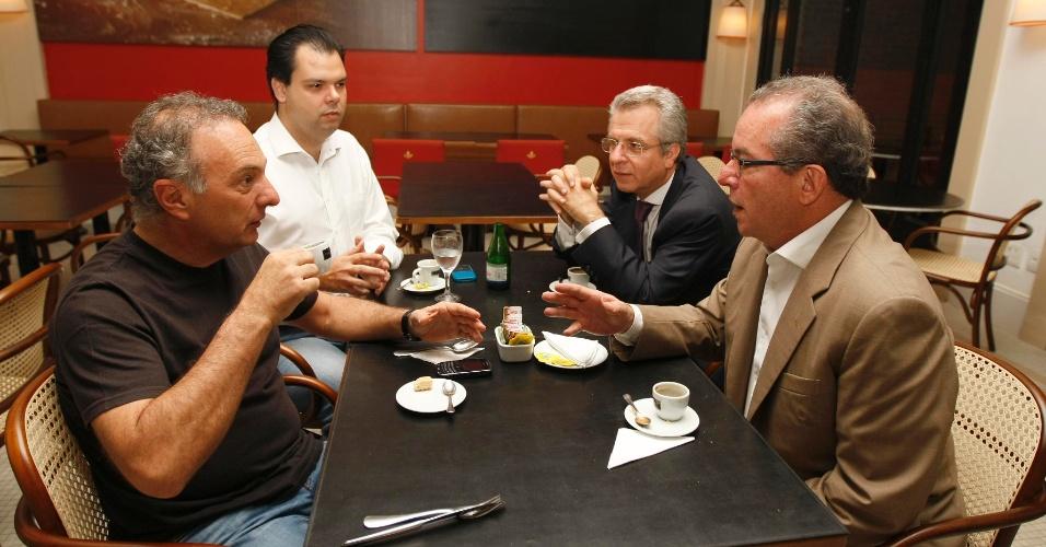 7.fev.2012 - O deputado federal Ricardo Tripoli (PSDB-SP) e os secretários estaduais Bruno Covas (Ambiente), Andrea Matarazzo (Cultura) e José Aníbal (Energia) se encontram em restaurante para debater sobre as prévias do PSDB