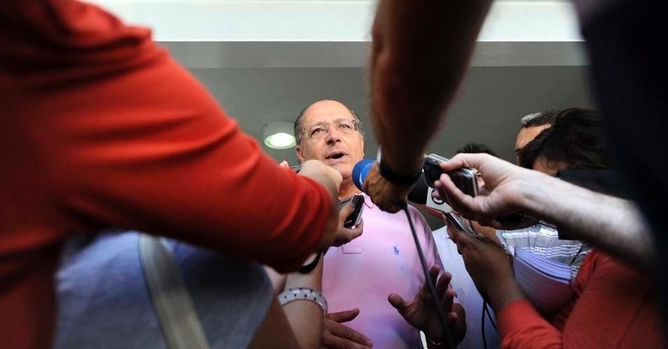 Governador de São Paulo, Geraldo Alckmin, conversa com a imprensa ao chegar em zona eleitoral das prévias tucanas, zona oeste da capital, na manhã deste domingo. O processo irá escolher o candidato do PSDB que disputará à Prefeitura de São Paulo. Estão na disputa o ex-governador José Serra, o secretário estadual de Energia, José Aníbal, e o deputado federal Ricardo Tripoli