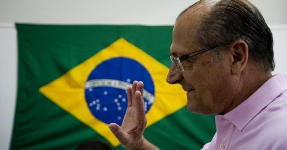 Governador do Estado de São Paulo, Geraldo Alckmin, acenou para militantes do PSDB ao votar nas prévias do PSDB à Prefeitura de São Paulo, no colégio Saint Exupery, na zona sul da capital, neste domingo (25)