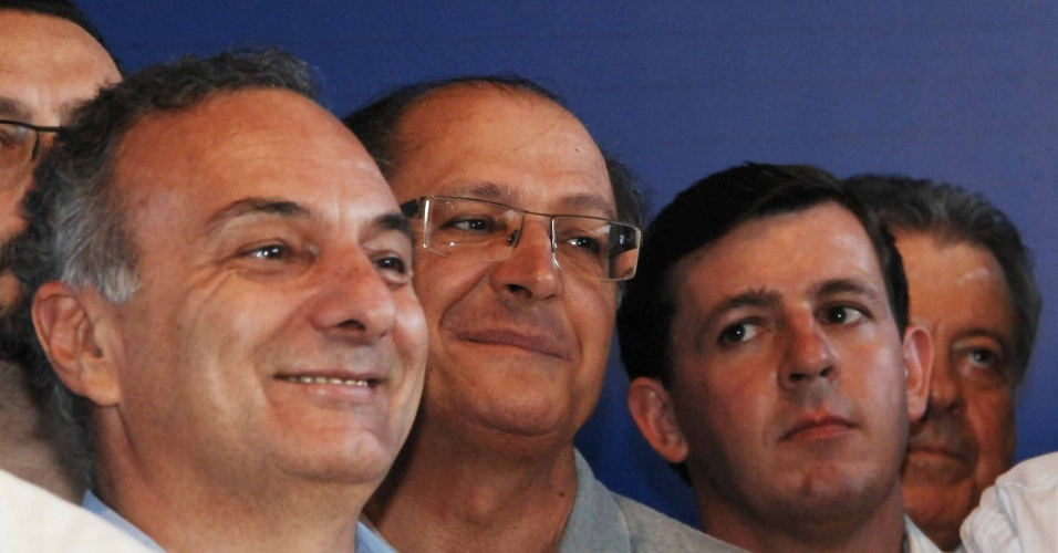 Mesmo com a minoria dos votos nas prévias do PSDB, Ricardo Tripoli (esq.) assistiu ao discurso de vitória do ex-governador José Serra, ao lado do governador Geraldo Alckmin e de outros militantes do partido