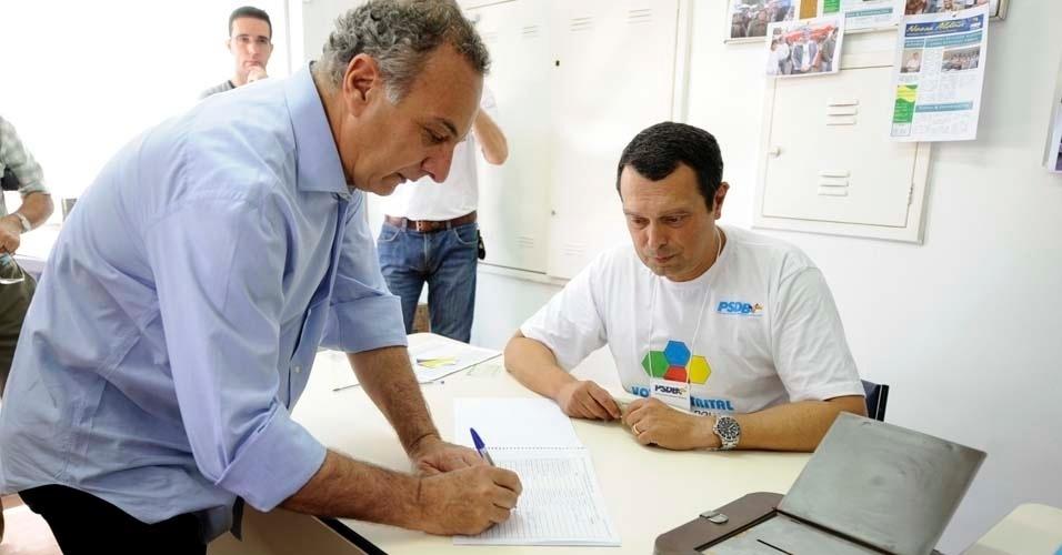 Ricardo Tripoli assina livro de participação das prévias tucanas realizadas neste domingo (25) na capital paulista. Ele disputa a vaga do PSDB nas eleições municipais de São Paulo