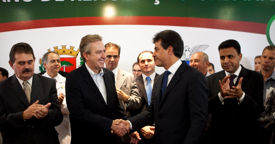 26.mar.2012 - Luciano Ducci e Beto Richa assinam autoriza&#231;&#227;o para licita&#231;&#227;o de obras do Plano de Renova&#231;&#227;o Urbana de Curitiba