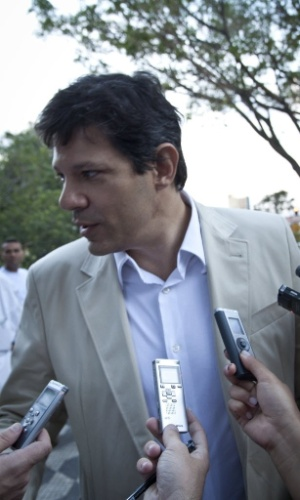 O pr&#233;- candidato &#224; Prefeitura de S&#227;o Paulo, Fernando Haddad, visita o bairro de Santana, na zona norte da capital paulista
