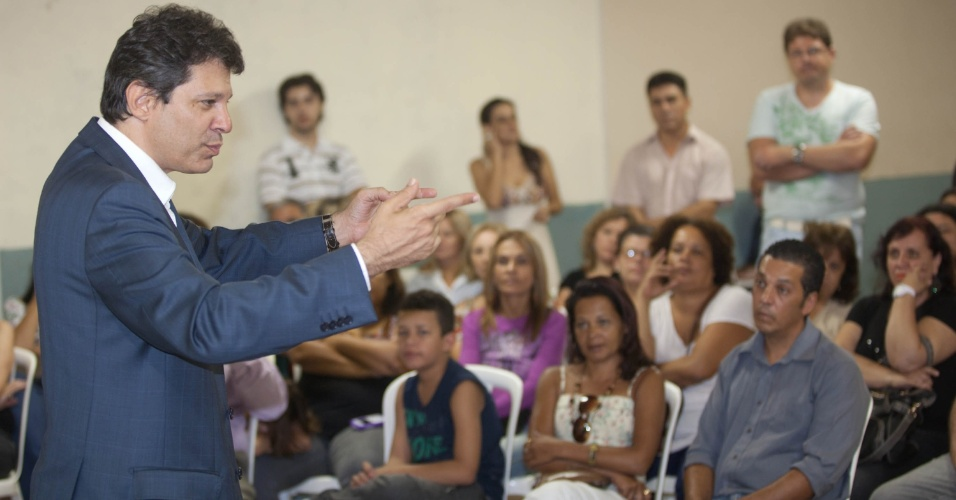 O pr&#233;-candidato do PT, Fernando Haddad, fala com educadores no sal&#227;o de uma igreja em Pirituba, na zona Oeste de S&#227;o Paulo