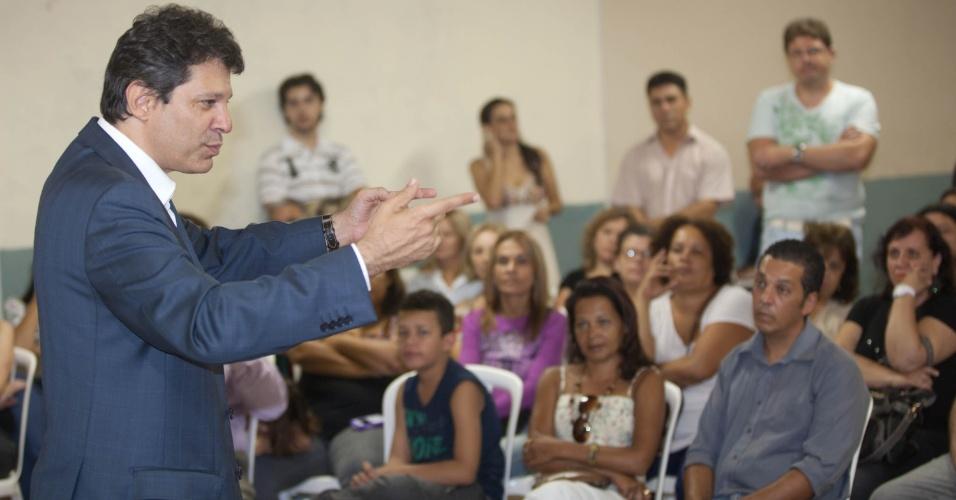 O pré-candidato do PT, Fernando Haddad, fala com educadores no salão de uma igreja em Pirituba, na zona Oeste de São Paulo