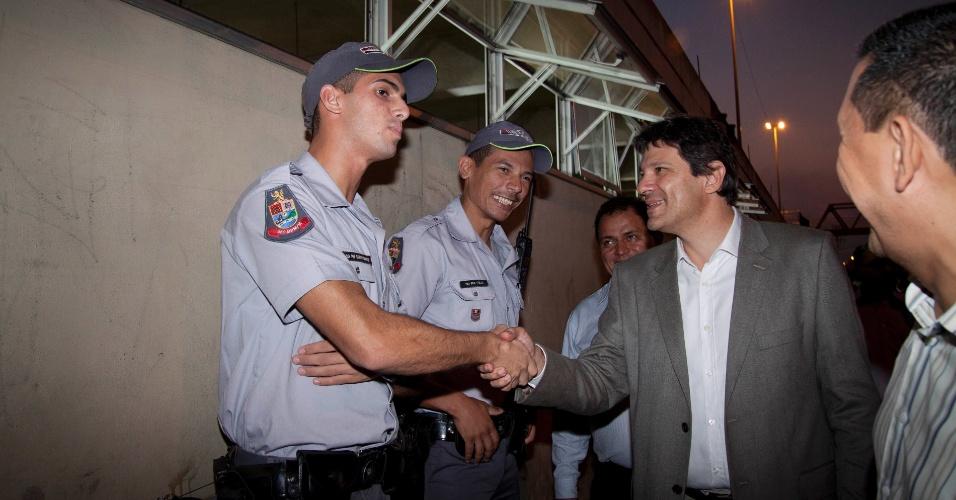 Pré-candidato à Prefeitura pelo PT, Fernando Haddad cumprimenta policiais em visita à região de Guaianases, onde se reuniu com lideranças petistas e religiosas. Lá, ele não descartou convidara ex-prefeita Luiza Erundina (PSB) para vice da chapa