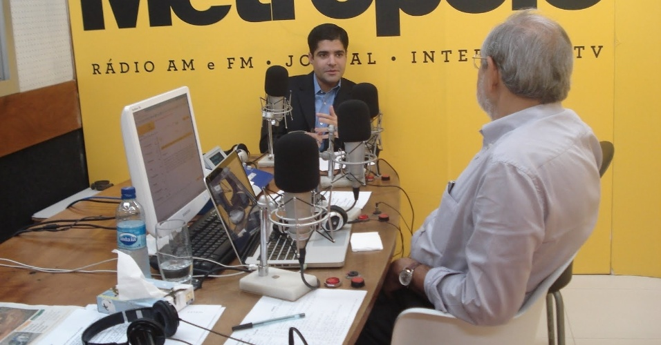 4.abr.2012 - Durante seu programa de r&#225;dio, M&#225;rio Kert&#233;sz (PMDB), pr&#233;-candidato &#224; Prefeitura de Salvador (de costas), entrevista ACM Neto, seu rival no pleito municipal. Kert&#233;sz havia defendido publicamente uma alian&#231;a entre os partidos de oposi&#231;&#227;o (PSDB, PMDB e DEM), que foi inviabilizada pela indica&#231;&#227;o de Neto como pr&#233;-candidato do DEM   