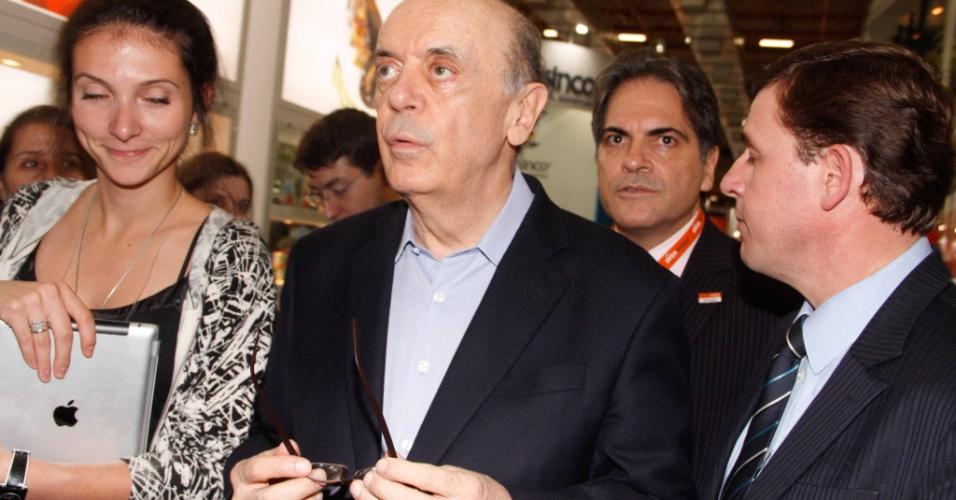 9.mai.2012 - O pré-candidato do PSDB à Prefeitura de São Paulo, José Serra, participa de feira da Associação Paulista de Supermercados, no Expo Center Norte, na capital paulista