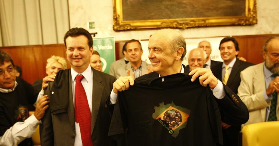 10.mai.2012 - O pré-candidato do PSDB à Prefeitura de São Paulo, José Serra, participa de evento em apoio à sua candidatura organizado pelo PV, em São Paulo, ao lado do prefeito Gilberto Kassab.