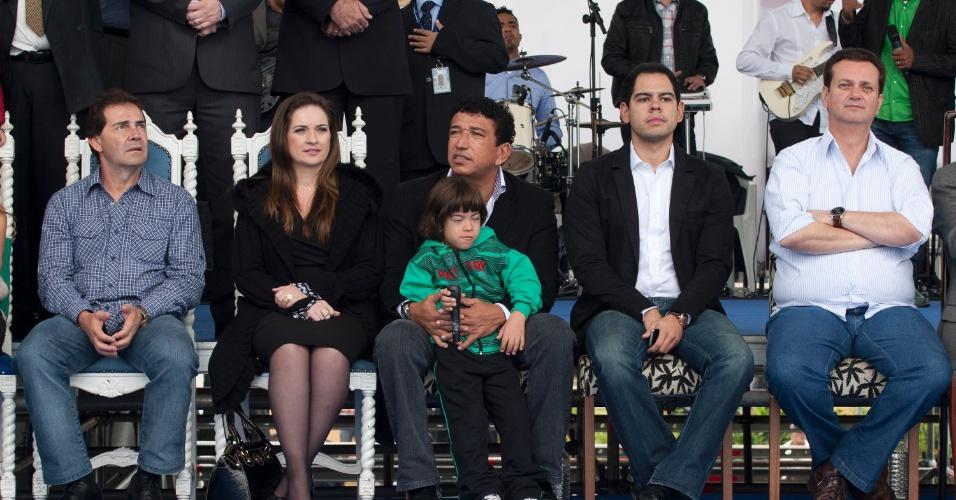 6.mai.2012 - O deputado federal Paulinho da Força (à esquerda), o senador Magno Malta (no centro) e o prefeito Gilberto Kassab (à direita) participam de culto evangelico da Igreja Mundial