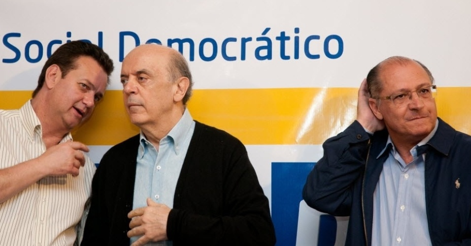 12.mai.2012- Ao lado do governador de S&#227;o Paulo, Geraldo Alckmin (PSDB), Jos&#233; Serra (PSDB) recebe oficialmente o apoio do prefeito da capital paulista, Gilberto Kassab (PSD),  &#224; candidatura  &#224; Prefeitura de S&#227;o Paulo