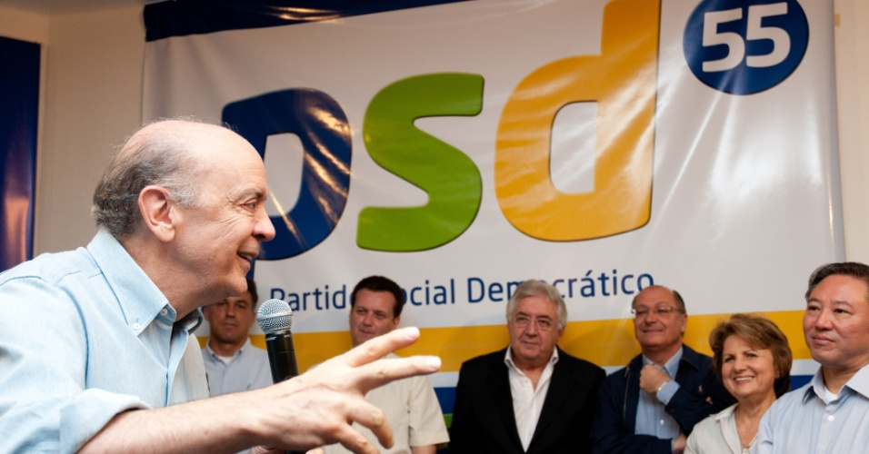 12.mai.2012 - O pre-candidato do PSDB a prefeitura de SP, Jose Serra, recebe apoio do PSD