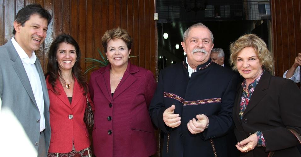 Fernando Haddad, pré-candidato à Prefeitura de São Paulo pelo PT; Ana Estela Haddad, mulher de Haddad; Dilma Rousseff, presidente da República; Luiz Inácio Lula da Silva, ex-presidente da República; e Marisa Letícia, mulher de Lula, participam de almoço em São Paulo