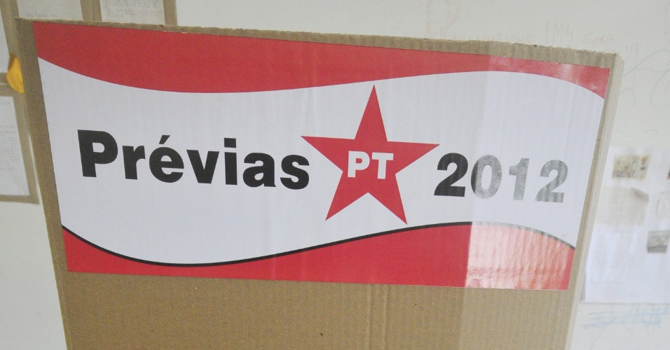 20.mai.2012 - Cabine de vota&#231;&#227;o montada em uma escola para as pr&#233;vias do PT para escolher o candidato &#224; Prefeitura de Recife nas elei&#231;&#245;es deste ano movimentam a capital pernambucana neste domingo (20). O secret&#225;rio de governo do Estado Maur&#237;cio Rands e o atual prefeito, Jo&#227;o da Costa, disputam a indica&#231;&#227;o da sigla