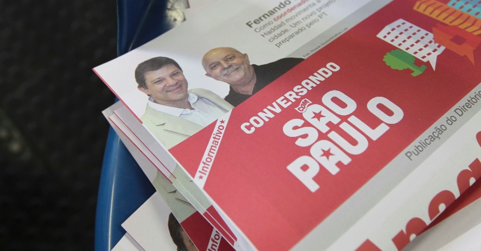 19.mai.2012 - Material de campanha do diret&#243;rio do PT em S&#227;o Paulo mostra o pr&#233;-candidato Fernando Haddad e o ex-presidente Lula juntos
