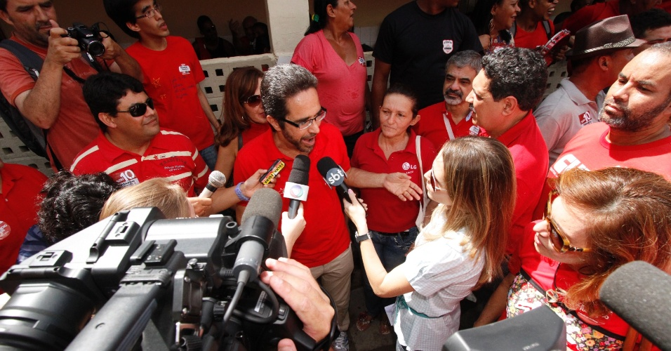 20.mai.2012 - Pr&#233;-candidato do PT &#224; Prefeitura de Recife, Maur&#237;cio Rands, conversa com os jornalistas, antes de votar nas pr&#233;vias do PT. Ele disputa a indica&#231;&#227;o do partido com o atual prefeito da cidade, Jo&#227;o da Costa