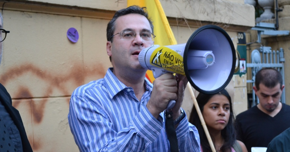 2010 - Pr&#233;-candidato &#224; Prefeitura de Porto Alegre, Roberto Robaina, participa de ato p&#250;blico em frente &#224; antiga sede clandestina do DOPS, na capital ga&#250;cha