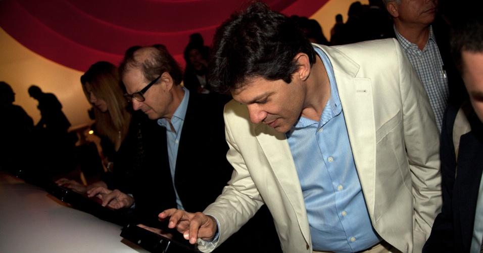 23.mai.2012 - O pré-candidato à Prefeitura de São Paulo do PT, Fernando Haddad, conhece o acervo digital do jornal O Estado de S. Paulo, na noite desta quarta-feira (23)