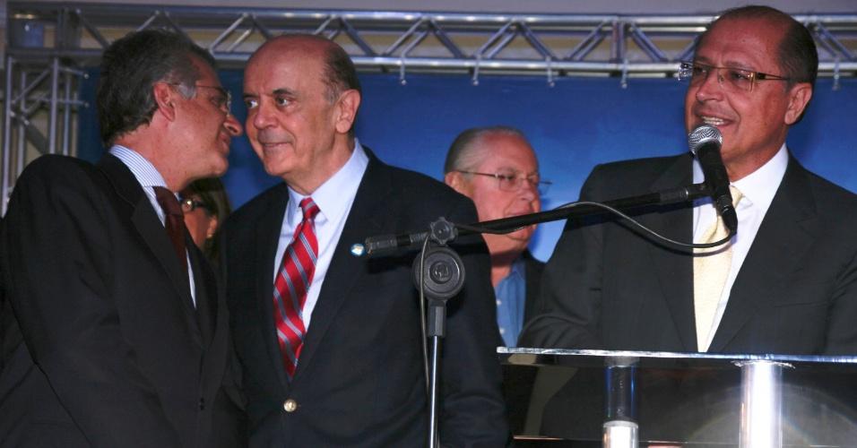28.mai.2012 - Acompanhado de Andrea Matarazzo (esq,) e do governador de São Paulo, Geraldo Alckmin (dir.), o pré-candidato à Prefeitura de São Paulo pelo PSDB (Partido da Social Democracia Brasileira) José Serra participa da comemoração do aniversário do partido, na capital paulista