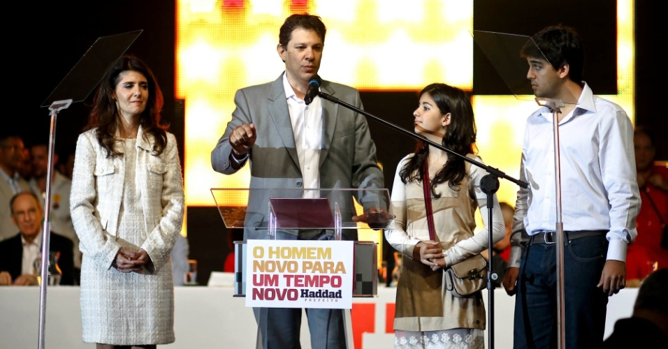 2.jun.2012 - Pr&#233;-candidato do PT &#224; Prefeitura de S&#227;o Paulo, Fernando Haddad, discursa ao lado da fam&#237;lia em evento organizado pelo PT neste s&#225;bado (2), em S&#227;o Paulo
