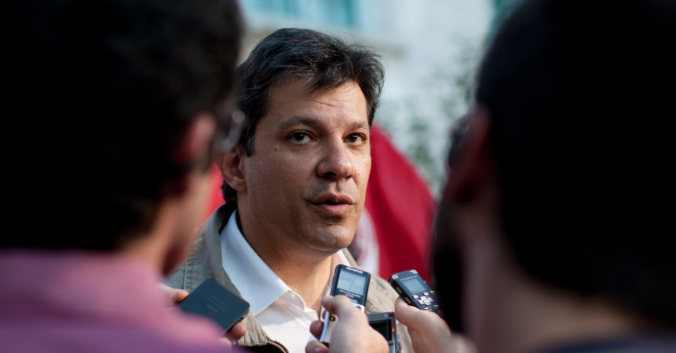 4.jun.2012 - Pr&#233;-candidato do PT &#224; Prefeitura de S&#227;o Paulo, Fernando Haddad, visita a Praca Oscar da Silva, na Vila Guilherme, zona norte, onde jovens reivindicam centro cultural
