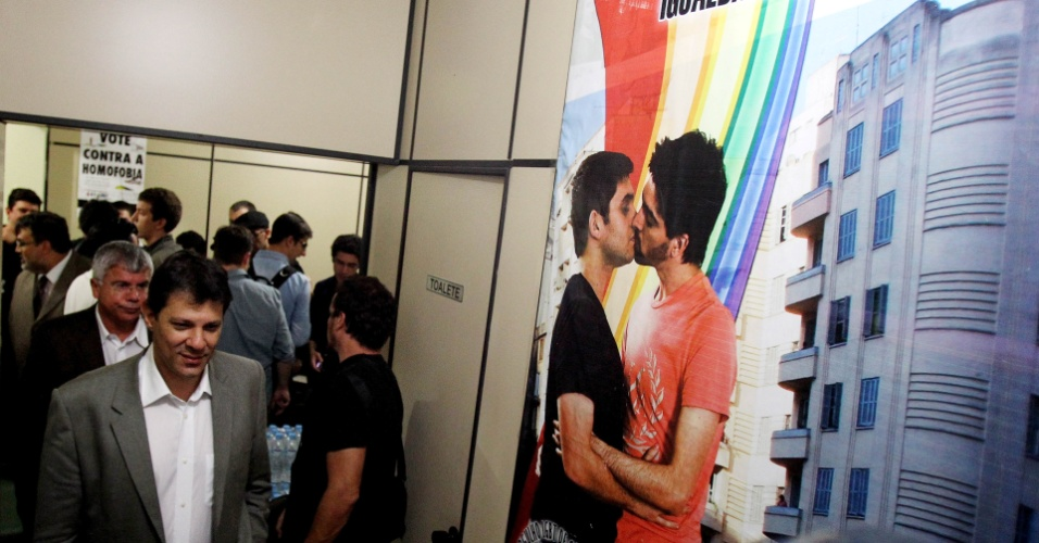6.jun.2012 - Pré-candidato pelo PT à Prefeitura de São Paulo, Fernando Haddad é recebido pela diretoria da Associação da Parada do Orgulho GLBT de São Paulo, na sede da organização