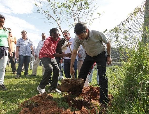Fernando Haddad planta uma árvore na Represa do Guarapiranga