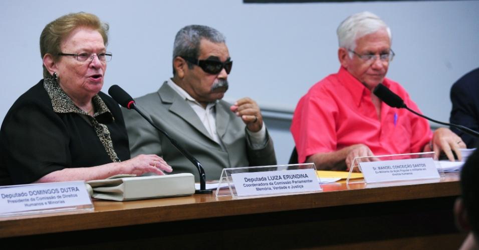 16.mai.2012 - A deputada federal Luíza Erundina (PSB-SP), Manoel Conceição Santos (ex-militante acusado de terrorismo na década de 1960) e Antônio Canuto (representante da comissão pastoral da terra)