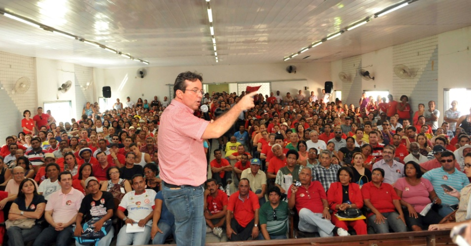 16.jun.2012 - 15.jun.2012 ? O prefeito do Recife, Jo&#227;o da Costa, discursa para militantes do PT neste s&#225;bado (16), durante encontro com aliados. Costa reafirmou sua inten&#231;&#227;o de disputar a reelei&#231;&#227;o pelo PT mesmo contra a decis&#227;o da Executiva Nacional da sigla, que indicou o senador Humberto Costa