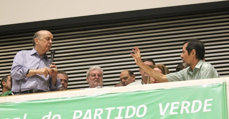 16.jun.2012 - O pr&#233;-candidato do PSDB &#224; Prefeitura de S&#227;o Paulo, Jos&#233; Serra (&#224; esquerda, com um curativo no dedo), participou na manh&#227; deste s&#225;bado (16) da conven&#231;&#227;o municipal do PV, na Assembleia Legislativa de S&#227;o Paulo. A sigla indicou Eduardo Jorge (&#224; direita, acenando para Serra), ex-secret&#225;rio municipal do Verde e Meio Ambiente, como vice na chapa da coliga&#231;&#227;o