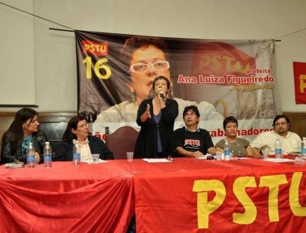 16.jun.2012 - O PSTU oficializou a candidatura de Ana Luiza Figueiredo (de pé) em evento realizado no sábado (16) na Faculdade de Direito da USP