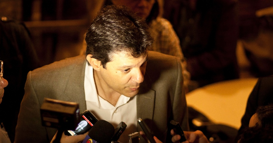 19.jun.2012 - O pr&#233;-candidato do PT, Fernando Haddad, conversa com a imprensa durante visita a S&#227;o Miguel Paulista, na zona leste de S&#227;o Paulo. A vice de sua chapa, Luiza Erundina, indicada pelo PSB, desistiu do posto ap&#243;s a pol&#234;mica alian&#231;a firmada com o PP, de Paulo Maluf