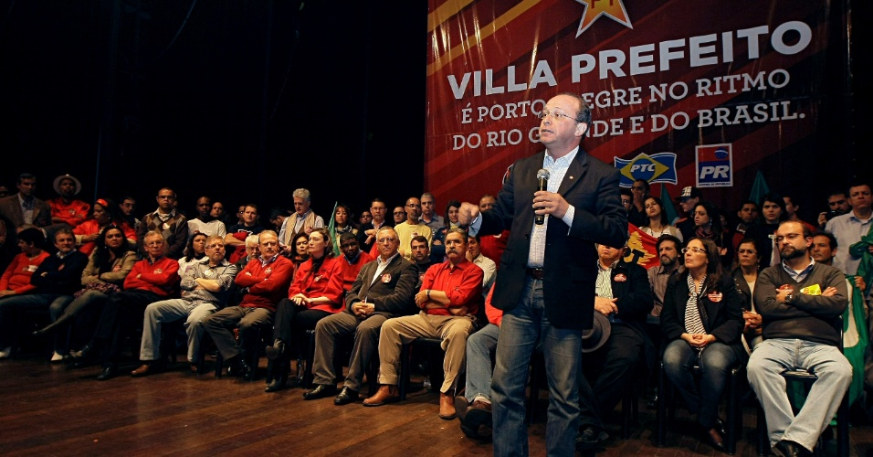 24.jun.2012 - Ad&#227;o Villaverde foi homologado como candidato do PT &#224; Prefeitura de Porto Alegre, em conven&#231;&#227;o realizada pelo partido. Lideran&#231;as do PT tentam alavancar a candidatura de Villaverde, que disputa com Jos&#233; Fortunati, atual prefeito, e Manuela D&#39;&#193;vila (PC do B)