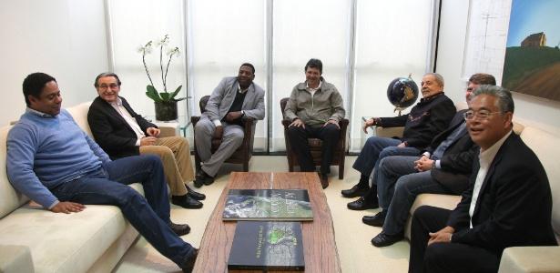 Presidente do Instituto Lula, Paulo Okamotto (último à direita), em foto com petistas e integrantes do PCdoB