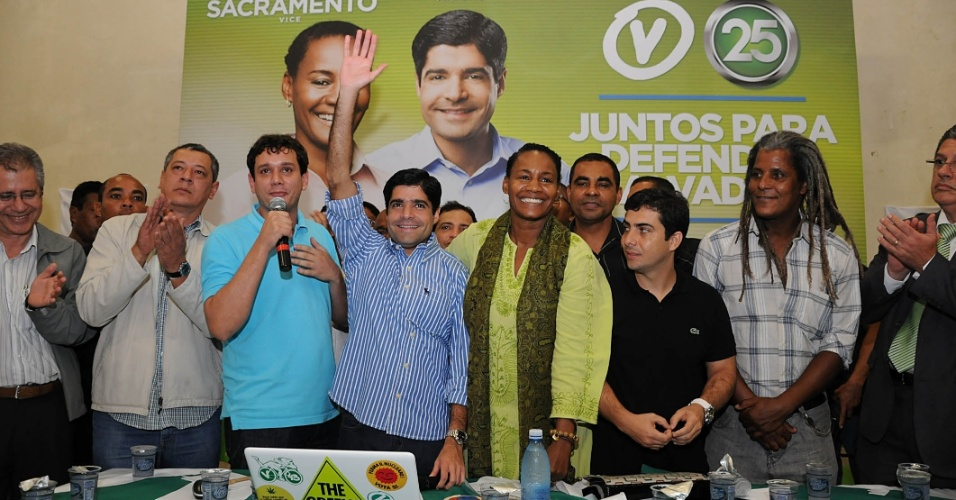 28.jun.2012 - Candidato &#224; prefeitura de Salvador, ACM Neto participou da conven&#231;&#227;o do PV, realizada no campus de Arquitetura da Universidade Federal da Bahia, ao lado de sua companheira de chapa C&#233;lia Sacramento (PV) 