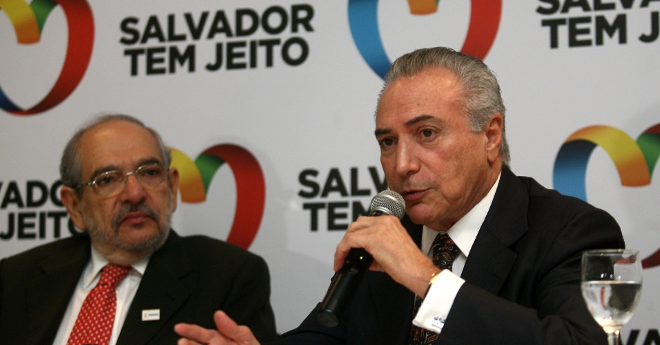 28.jun.2012 - O vice-presidente da Rep&#250;blica, Michel Temer, concedeu entrevista coletiva em Salvador, ao lado do candidato do PMDB &#224; prefeitura, M&#225;rio Kert&#233;sz. Temer afirmou que as elei&#231;&#245;es municipais n&#227;o contaminar&#227;o o PMDB e o PT
