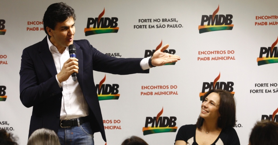 29.jun.2012 - O pr&#233;-candidato do PMDB &#224; Prefeitura de S&#227;o Paulo, Gabriel Chalita, apresentou sua candidata &#224; vice-prefeita, a m&#233;dica Marianne Pinotti, durante coletiva no diret&#243;rio do partido. A filha de Jos&#233; Pinotti, que foi candidato do PMDB &#224; prefeitura, pretendia se lan&#231;ar candidata &#224; C&#226;mara dos Vereadores