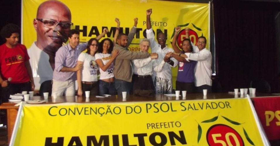 30.jun.2012 - Hamilton Assis (PSOL) foi homologado candidato &#224; Prefeitura de Salvador, ao lado de sua vice, a enfermeira Nize Santos (PSTU). Pl&#237;nio de Arruda tamb&#233;m esteve presente na conven&#231;&#227;o do partido
